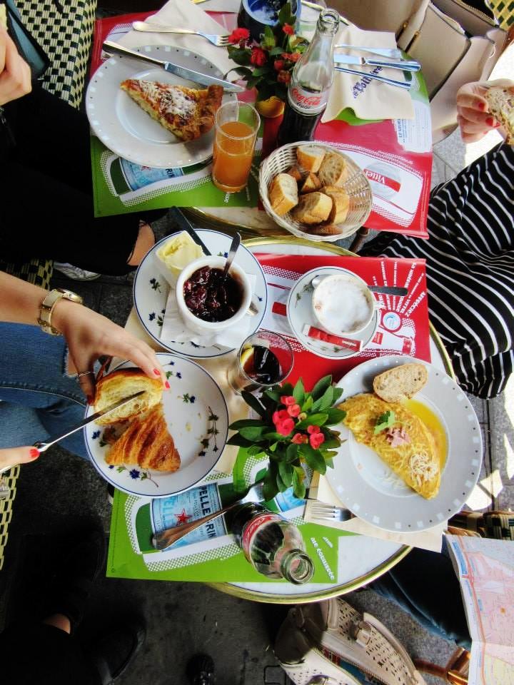 travel-blogger-breakfast-in-paris