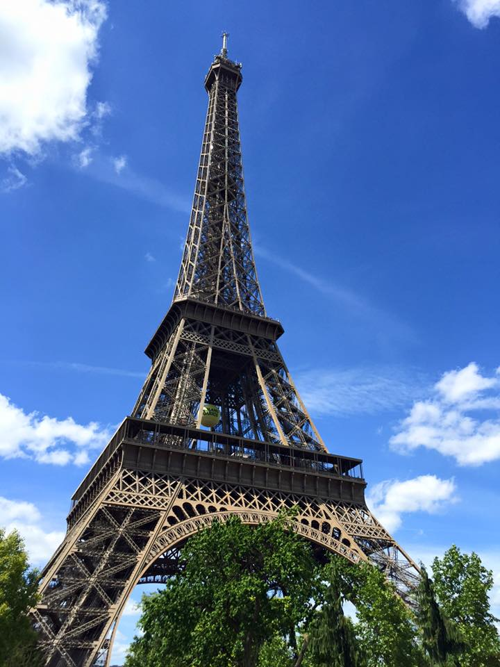 travel-blogger-eiffel-tower